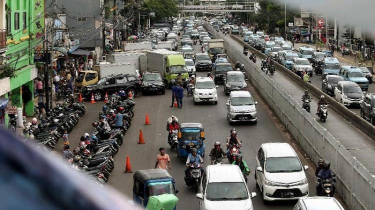 Jatinegara macet karena PKL dan parkir liar