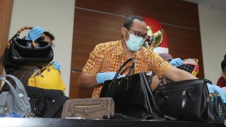 KPK memamerkan tas mewah milik Bupati Rita