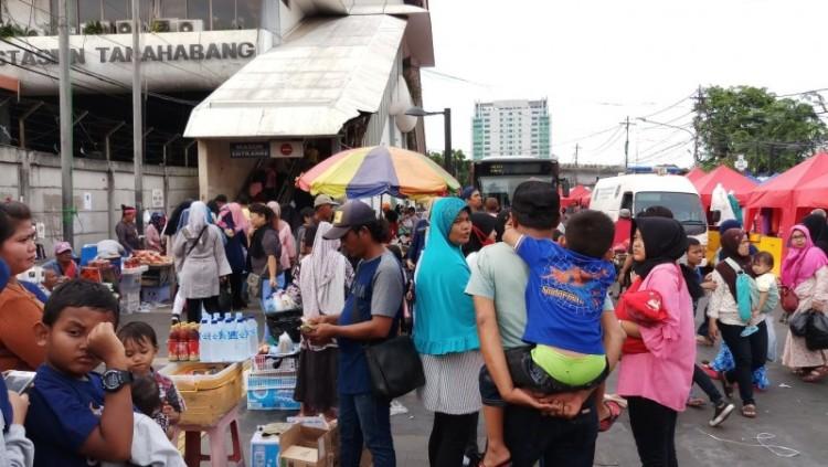 Pedagang memadati trotoar depan stasiun Tanah Abang