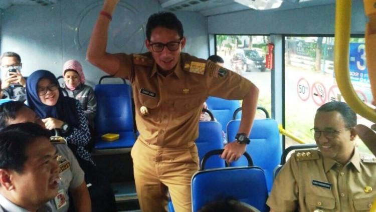 Sandiaga Uno dan Anies Baswedan saat menaiki busway