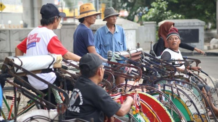 Tukang becak beroperasi di Bandengan, Jakarta Utara