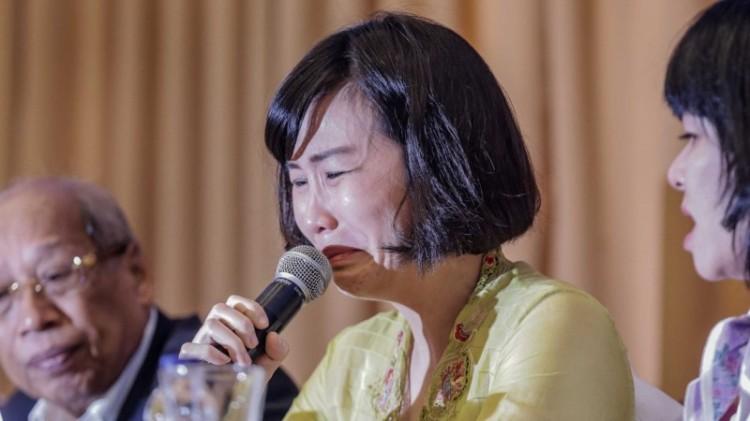 Veronica Tan menangis saat membaca surat Ahok