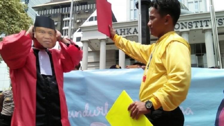 Aksi teaterikal Ketua MK Konstitusi Arief Hidayat dikartu merah