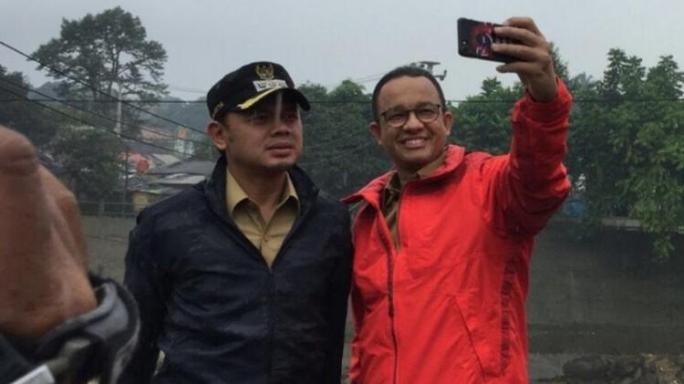 Anies Baswedan dan Bima Arya selfie di Bendungan Katulampa