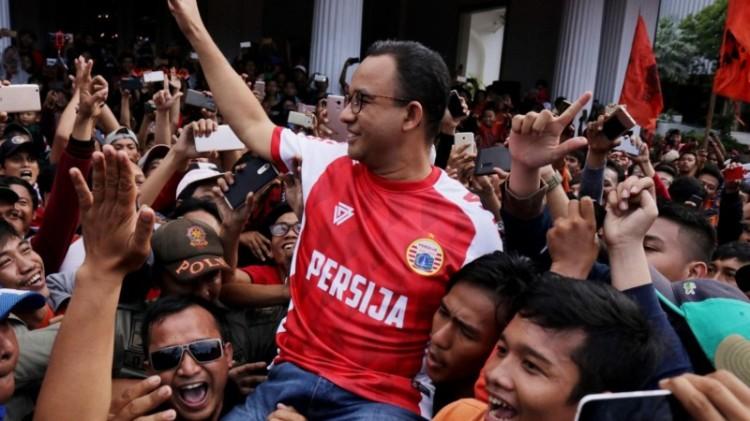 Anies Baswedan dibopong Jakmania di Balai Kota