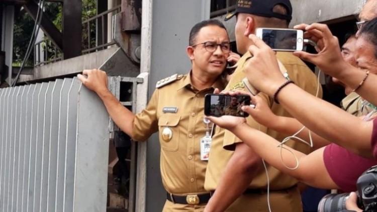 Anies Baswedan menelepon di Pintu Air Manggarai