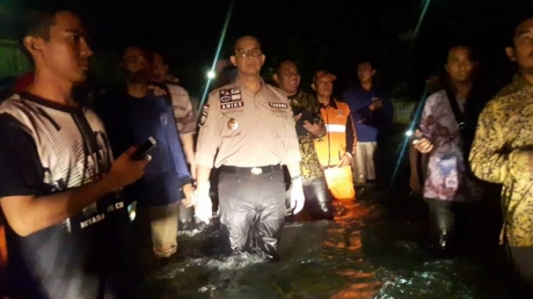 Anies Baswedan meninjau banjir di Cakung