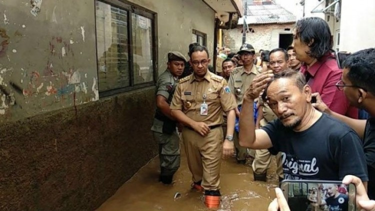 Anies Baswedan meninjau banjir di Kebon Pala, Kampung Melayu