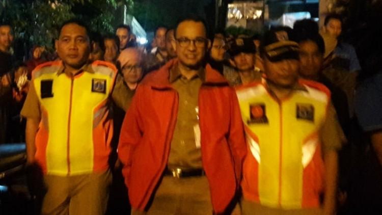 Anies Baswedan saat meninjau banjir di Jakarta