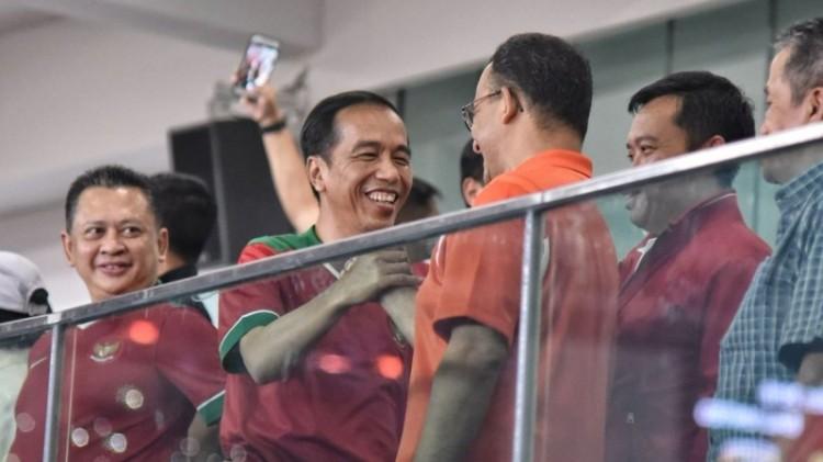 Jokowi dan Anies Baswedan pada laga final Piala Presiden