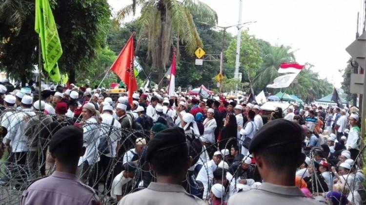 Massa 212 berkumpul di sidang kasus penistaan agama Ahok
