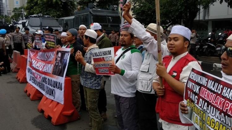 Massa anti Ahok berkumpul di depan eks PN Jakpus