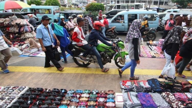 Pemotor melintas di Jalan Kebonjati Tanah Abang
