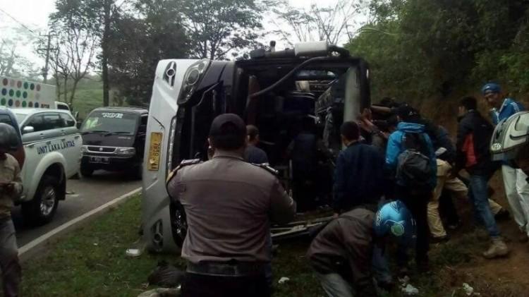 Penampakan kecelakaan bus di Tanjakan Emen Subang