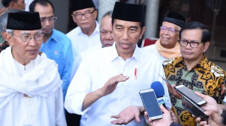 Presiden Jokowi menjawab pertanyaan wartawan di Padang