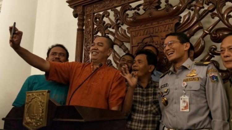 Sopir angkot dan pengusaha angkot Tanah Abang foto bersama Sandiaga
