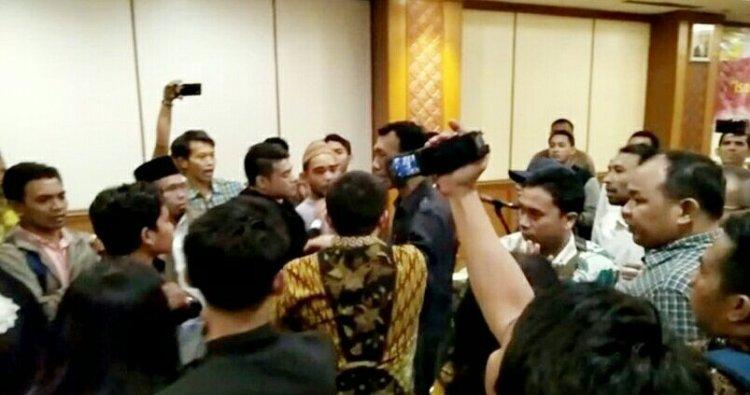 Massa bubarkan diskusi PKI