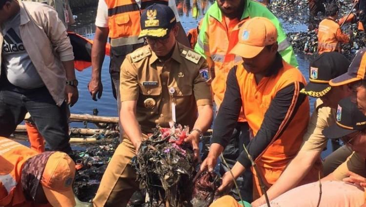 Anies Baswedan ikut membersihkan sampah di Teluk Jakarta