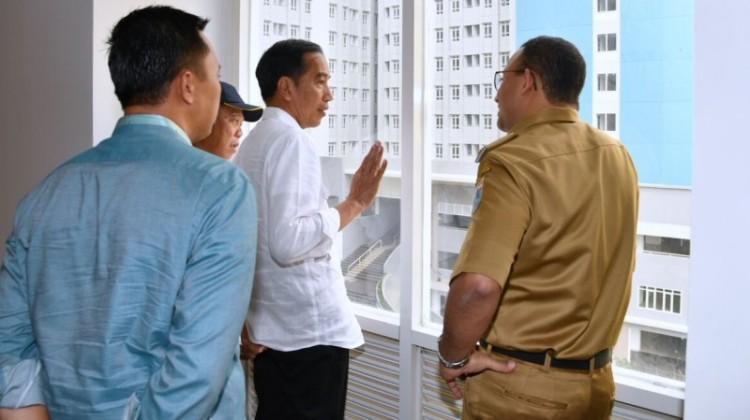 Anies berkacak pinggang di depan Jokowi