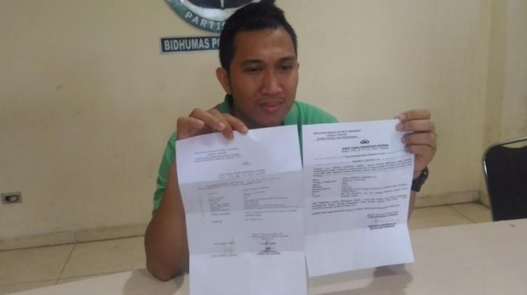 Dian Fuadi menunjukkan surat laporan perselingkuhan Kapolsek Kalirejo