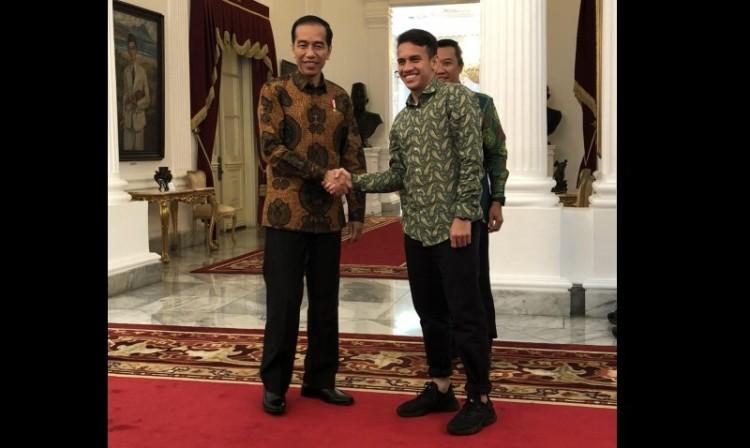 Egy Maulana Vikri bersalaman dengan Jokowi di Istana