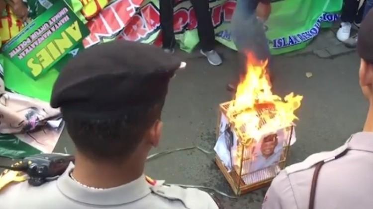 Foto Anies Baswedan dibakar depan Balai Kota