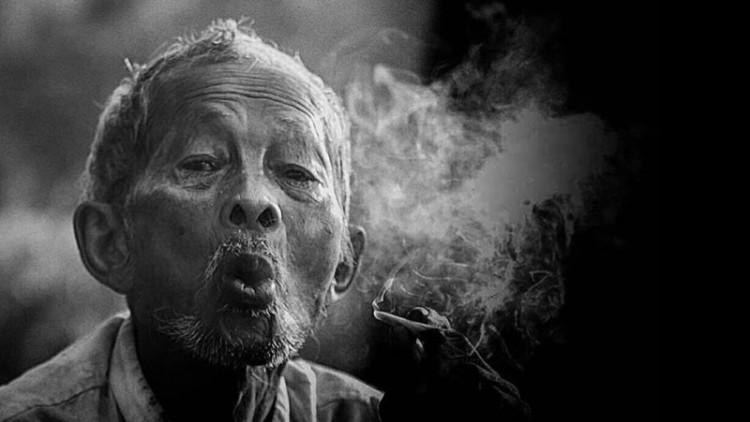 Ilustrasi kakek sedang merokok