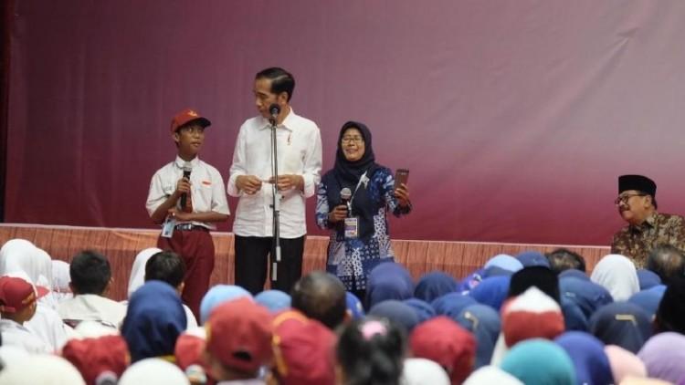 Jokowi memberikan kuis di Gresik