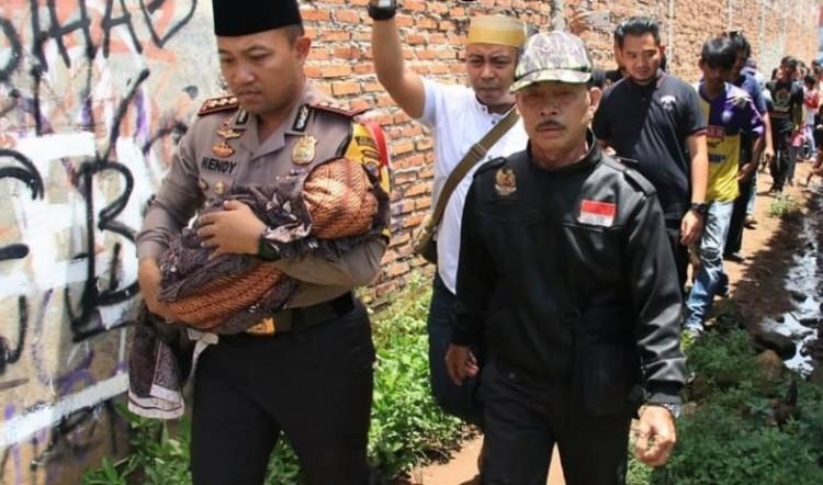 Kapolres Karawang, AKBP Hendy F Kurniawan menggendong jenazah bayi Calista