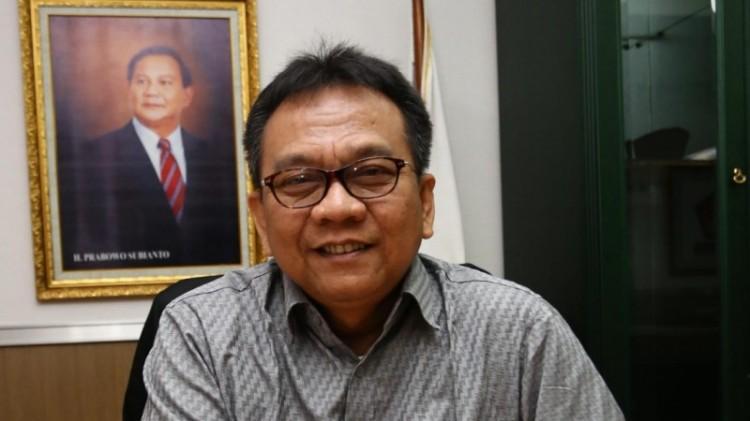 M. Taufik dengan foto Prabowo di ruang kerjanya