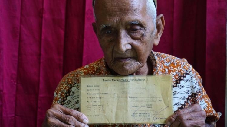 Nyak Sandang, salah seorang penyumbang pesawat pertama Indonesia