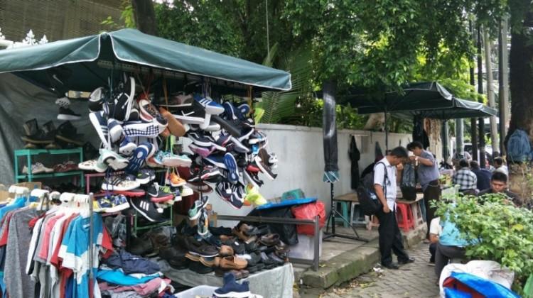 PKL berjualan di Jalan Sunan Ampel, Melawai, Jaksel