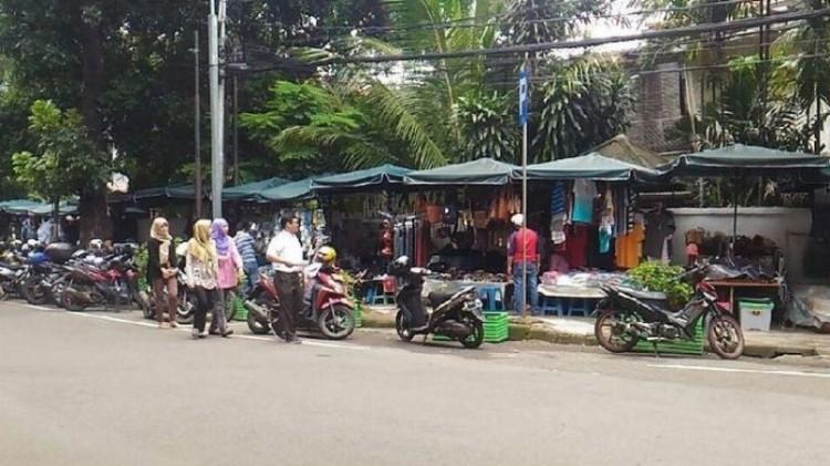 PKL berjualan di trotoar Melawai, pejalan kaki mengalah