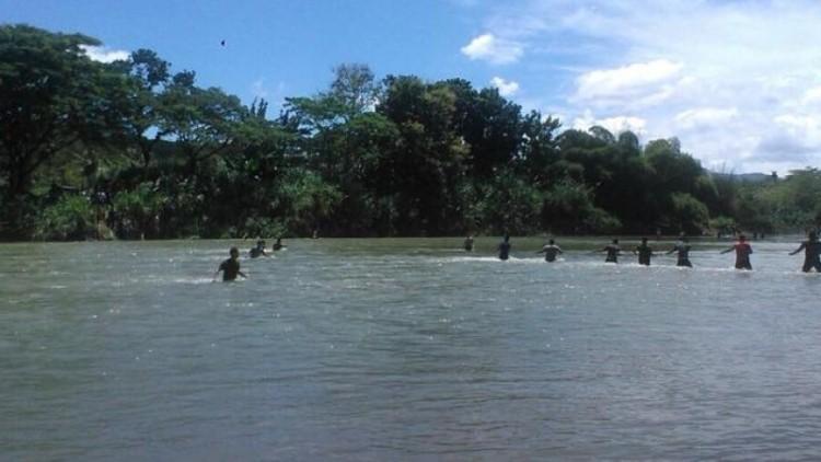 Proses evakuasi tank yang tenggelam di Sungai Bogowonto