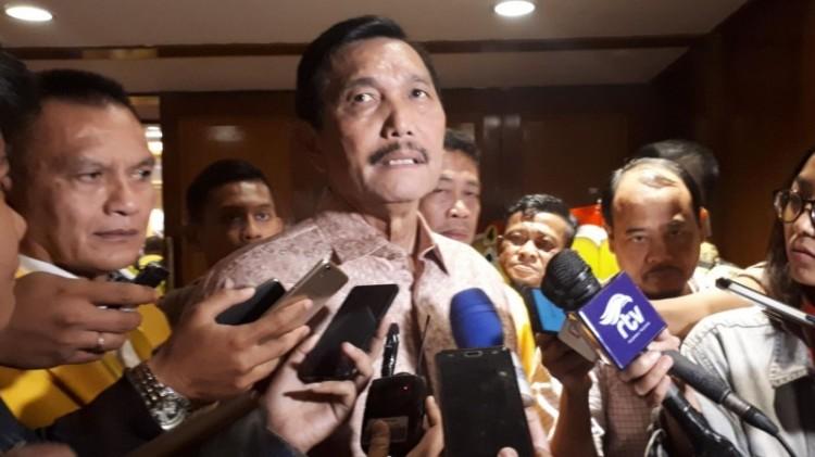 Luhut Binsar Pandjaitan saat diwawancara wartawan