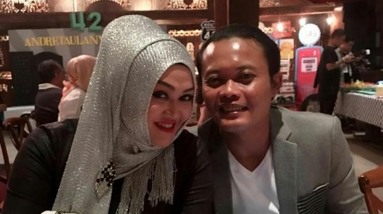 Foto mesra Sule dan istrinya Lina
